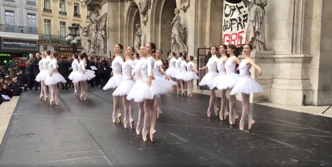 Ballerinas protest outside Opéra Garnier