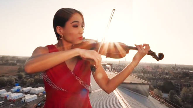 The violinist plays for Italian health workers from the roof of the Cremona hospital