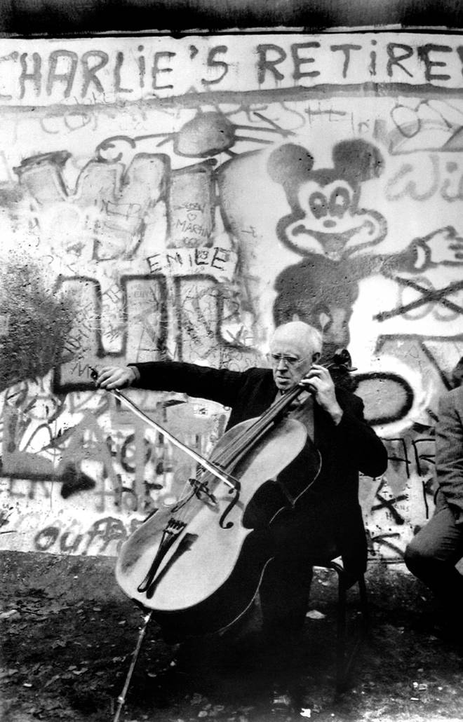 Mstislav Rostropovich at the Berlin Wall