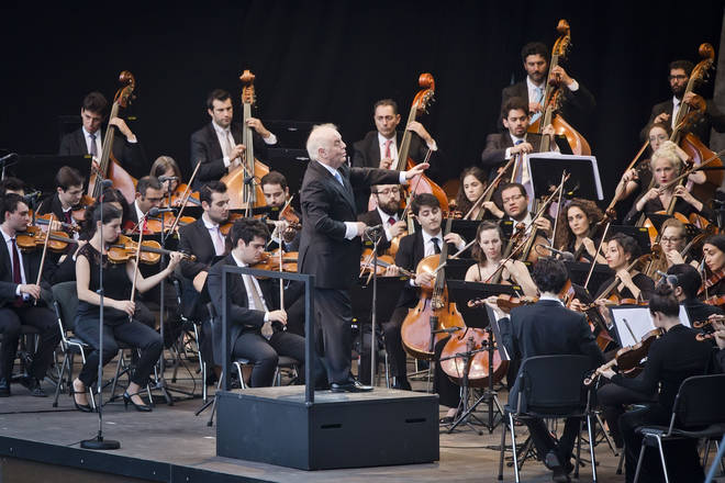 Daniel Barenboim and the West-Eastern Divan Orchestra perform live in Berlin