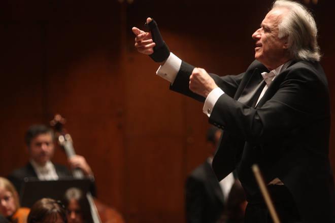 João Carlos Martins leading the Orchestra Filarmonica Bachiana in 2010