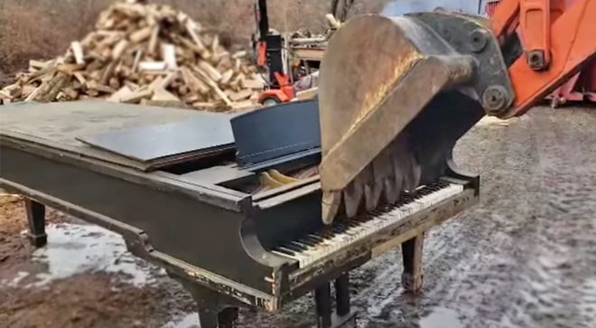 This old piano was being dumped, so this guy gave it one last play… using a backhoe digger.