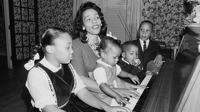 Coretta Scott King sings with her children at the piano
