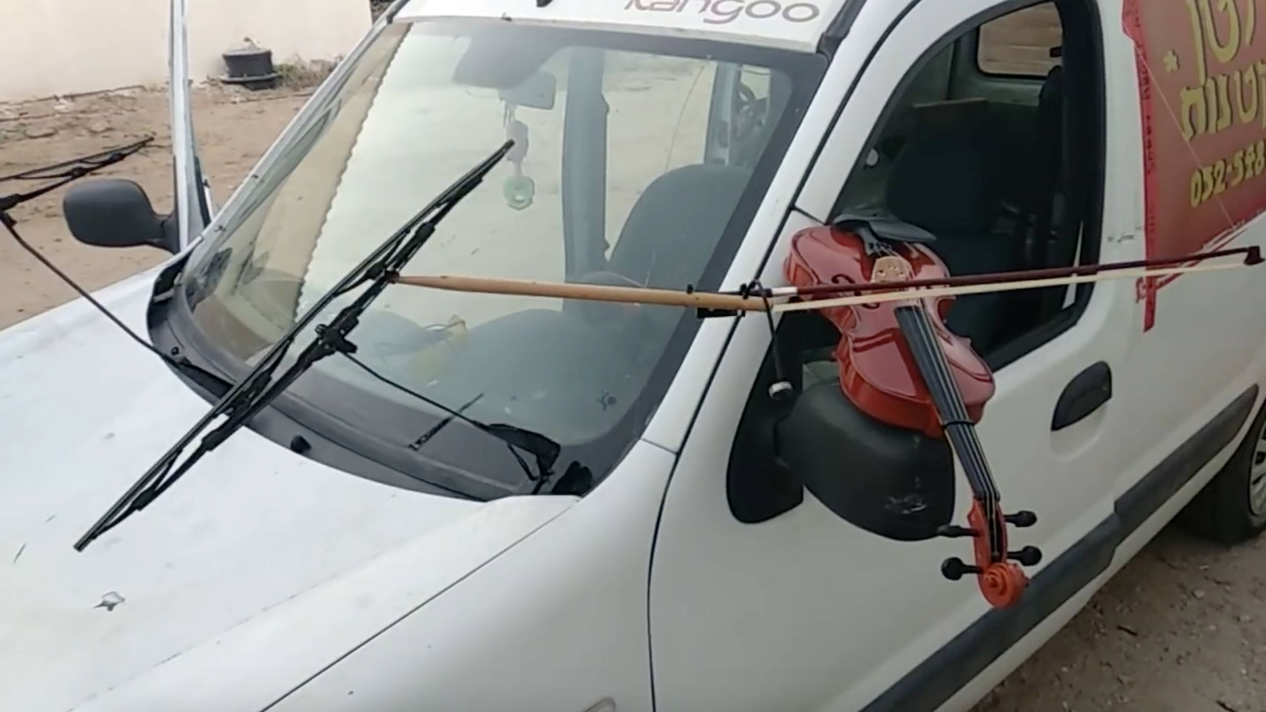 This guy strapped a violin bow to his windscreen wiper – and it went viral